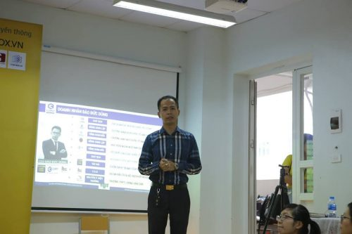Anh Đào Đức Dũng, CEO Hệ thống giáo dục Ecorp English, chia sẻ với các bạn sinh viên